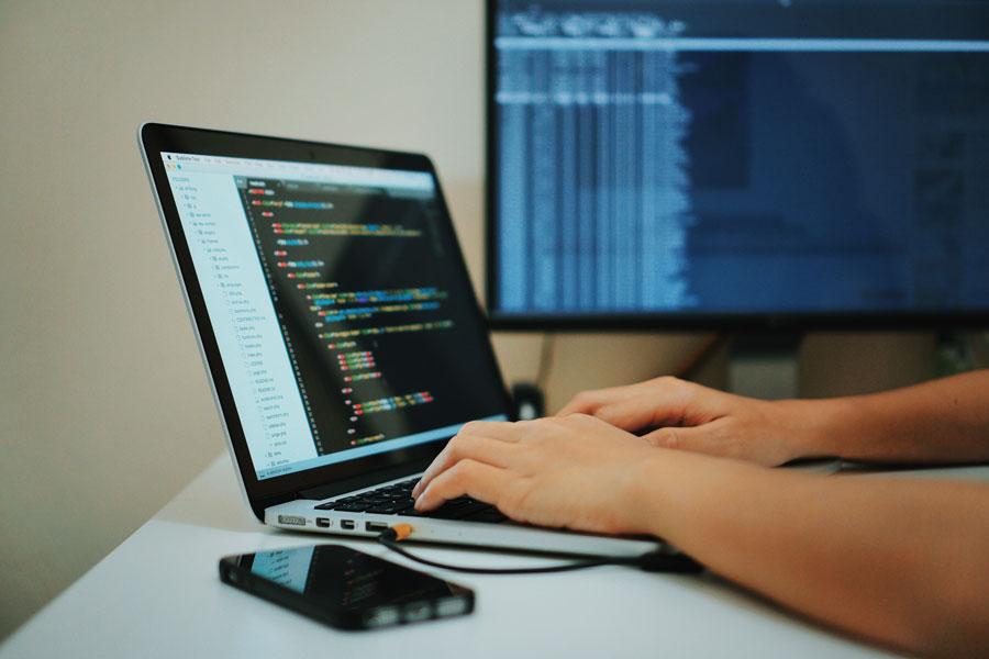 Ein Programmierer stellt die System-Daten wieder her