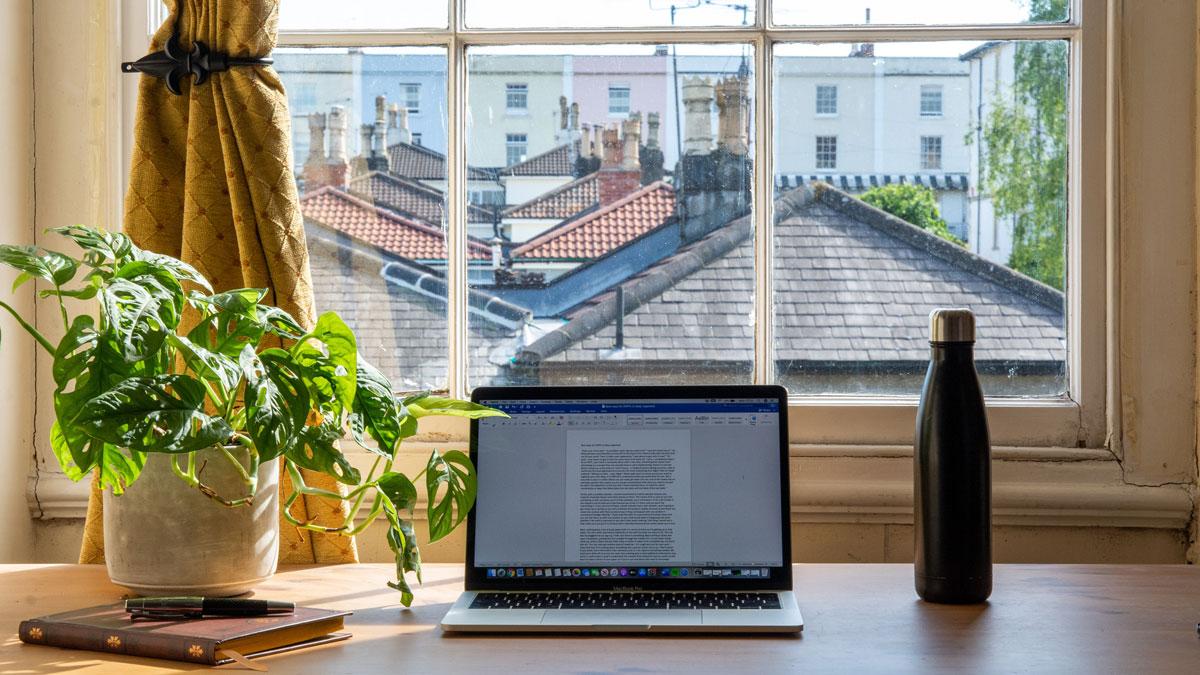 Home Office Arbeitsplatz mit Blick aus dem Fenster