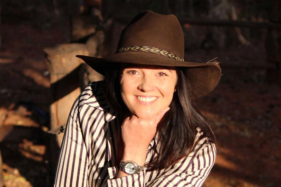 Stephie Hauk glücklich im Outback, wo sie seit ihrer Arbeitslosigkeit lebt und arbeitet
