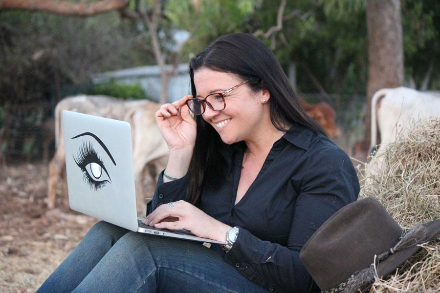 Stephie sitzt in Australien auf einem Strohballen in Australien