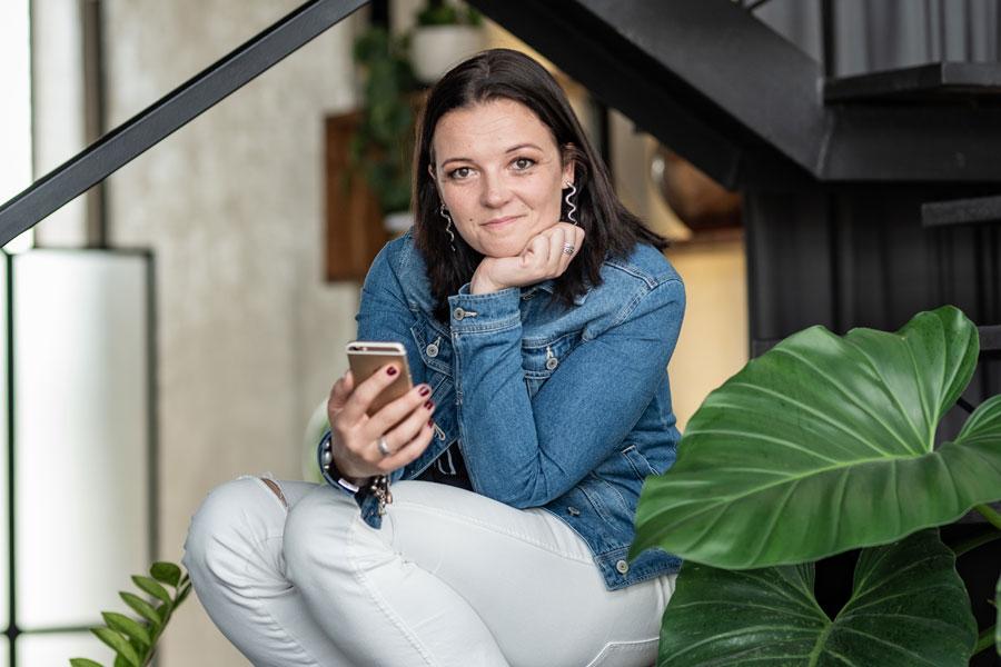 Stephie sitzt nach der Rückkehr nach Deutschland auf der Treppe