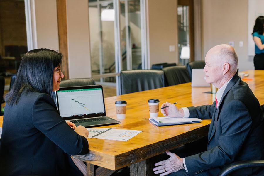 Beratungsgespräch im Büro zwischen Beraterin und Lebenskenner