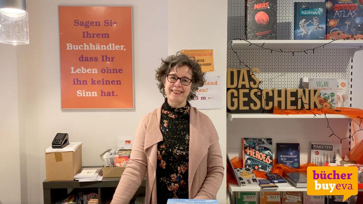 Eva-Maria Graß steht in der Buchhandlung in Hilchenbach