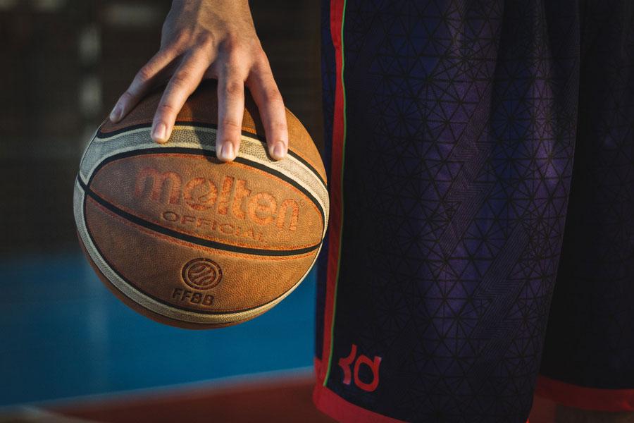 Ein Spieler hält ein Basketball in der Hand