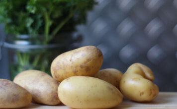 Frischkartoffeln liegen auf dem Tisch