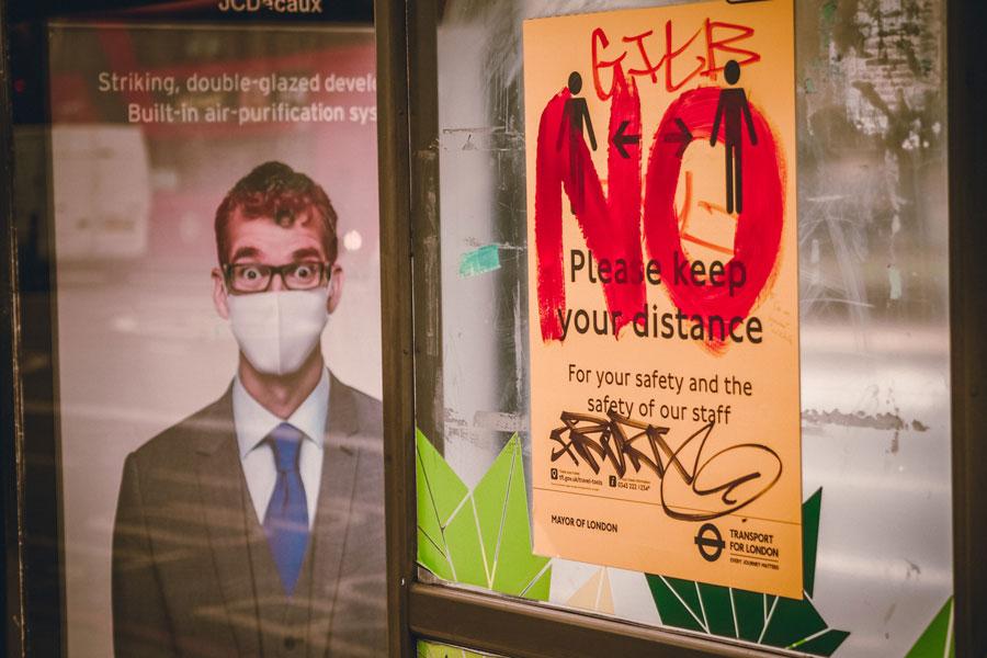 Eine Bushaltestelle mit Parolen von Gegner der Corona-Impfung