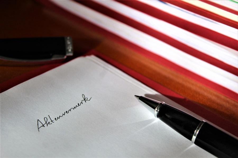 Ein Aktenvermerk auf dem Schreibtisch zum Thema Duzen.