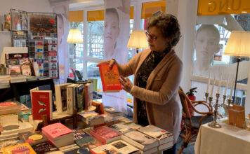 Eva Maria Graß stellt in der Buchhandlung ein Buch vor und lässt die Kunden entspannt Atmen