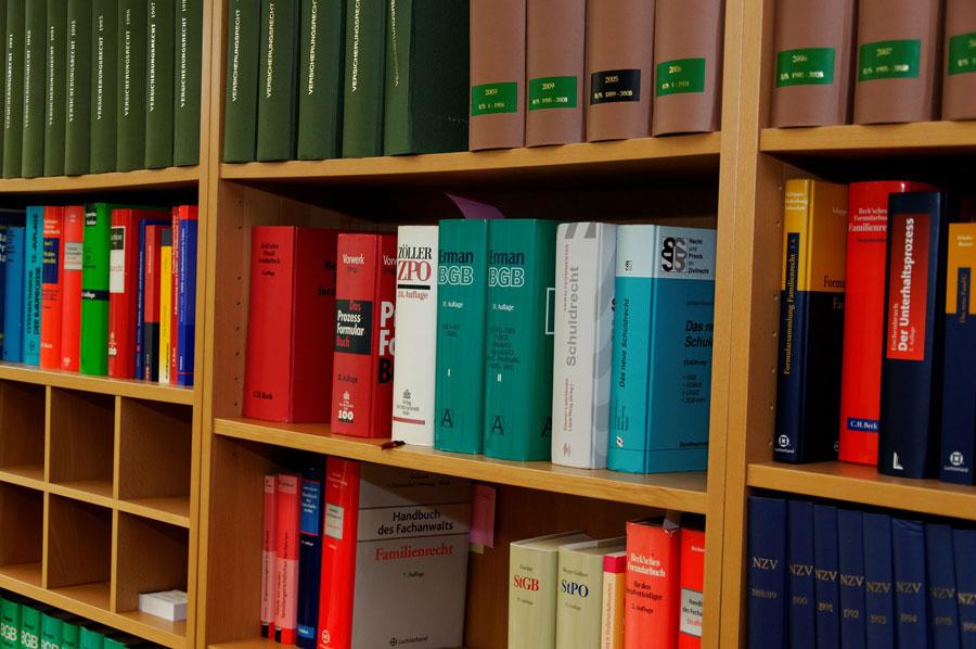 Gesetzbücher in einer Anwaltskanzlei zum Thema Duzen