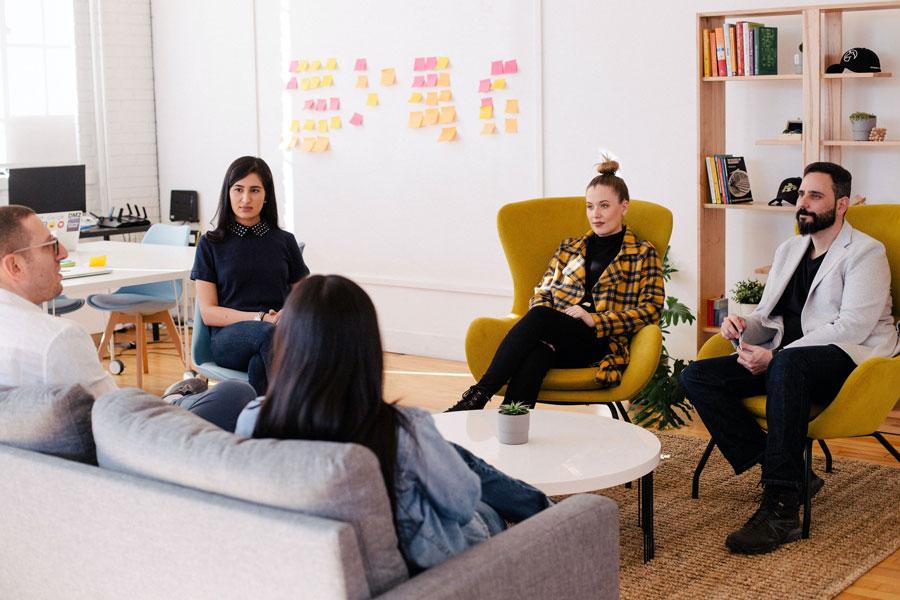 Meeting im Start-up Unternehmen, in dem Duzen zum Alltag gehört