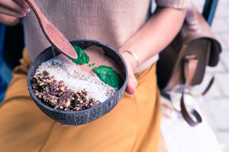 Superfood wird in einer Holzschale präsentiert