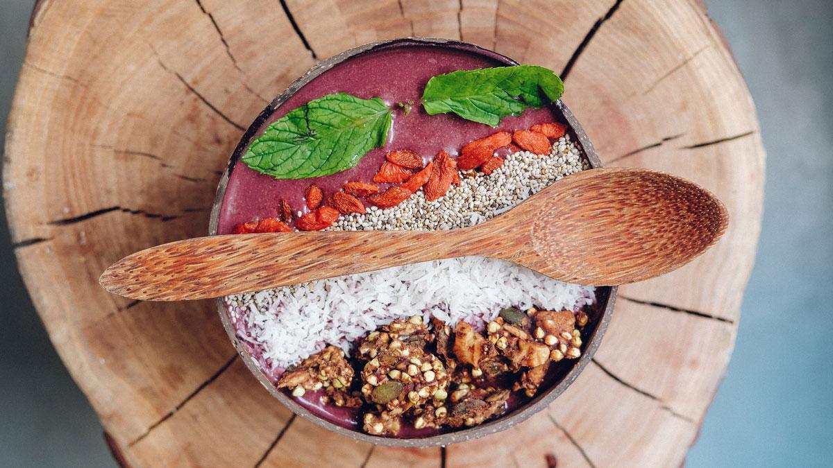 Superfood in einer Schale, das auf einem Baumstrunk steht