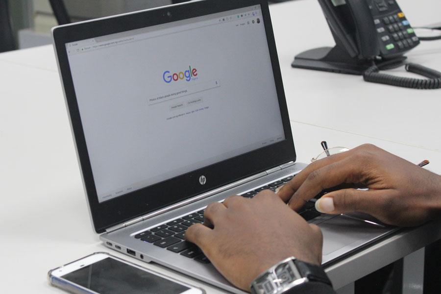 Ein Unternehmer sucht über die Google Suche nach seinem Unternehmen