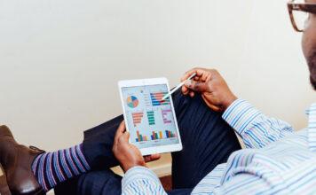 Ein Unternehmer macht auf dem Tablet eine Website-Anayse