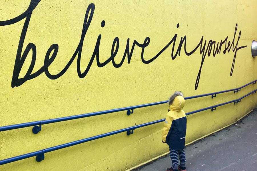 "Wandbeschriftung ""believe in your self"" als Zeichen der Resilienz"
